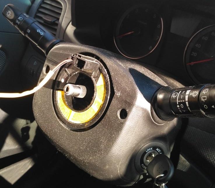 Hyundai Solaris снимаем руль