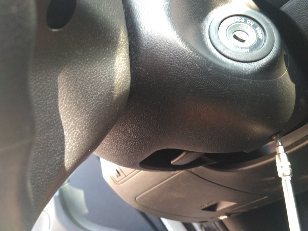 снимем руль откручиваем винт Hyundai Solaris